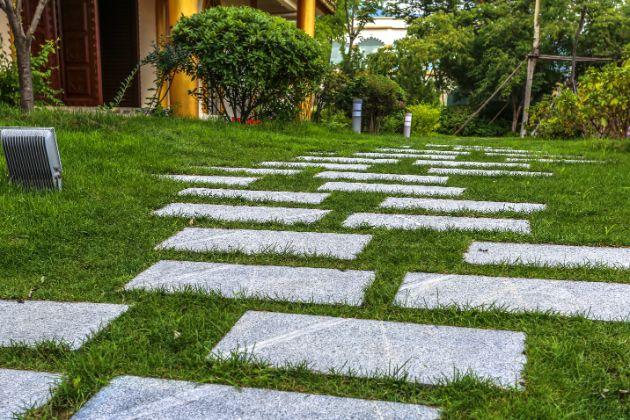 אבני מדרך לגינה בחצר ביתית