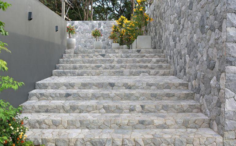 ריצוף אבן למדרגות בגינה